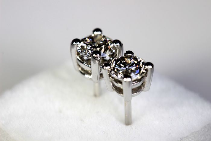White, 18 kt gold ear studs with diamond of approx. 1.00 ct in total, no reserve price!