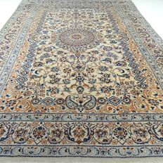 """Nain – 393 x 288 cm – """"Impressive, large Persian carpet with silk – In mint condition""""."""