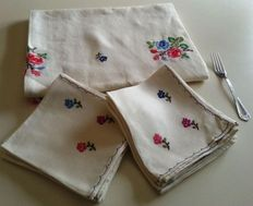 Table linens, tablecloth. 1960s Hand-embroidered. For 10 services.  Filtire and lagartera enbroidered finish.