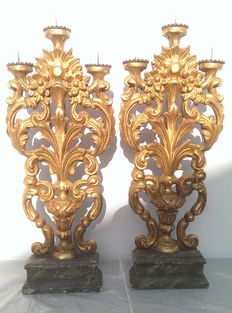 A pair of Venetian gilded candle holders, in arolla pinewood - Italy, early 18th century