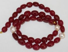 Precious stone: ruby and baroque pearl necklace with an 18 kt / 750 gold clasp, weight 190 ct, length 47 cm.
