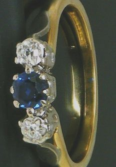 Ring 18K Yellow Gold Round Cut Diamonds, 2 Diamonds 0.30 CT VS1H & 1 Round cut Sapphire 0.65 ct. No Reserve price