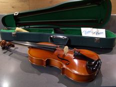 Nice violin with 2 bows in green case, 2 new strings, Roumania