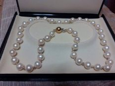 Beautiful necklace with very rare pearls, dating back to circa 1969, measuring from 9 to 9.5 mm, with 18 kt gold.