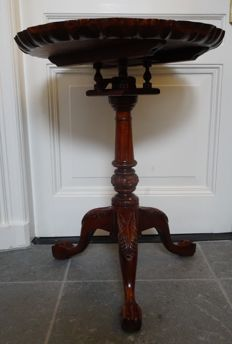 Round side table with contoured edge and twisted spools in George II style, early 20th century