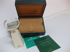 Vintage ROLEX set, composed of a watch box and case (ref. 67.00.03), watch display stand and two booklets