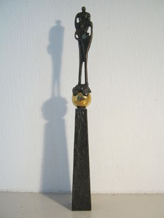 "Corry Ammerlaan van Niekerk - signed sculpture - ""Working apart together"" - 26 cm high - includes box and description"