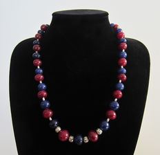 Necklace composed of ruby beads and polished sapphire beads of 490 ct.