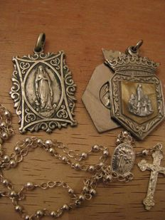 Two religious medals and rosary in silver - 19th and 20th centuries