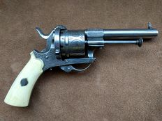 Graceful engraved men's revolver calibre 9 mm with matching holster - ca. 1850