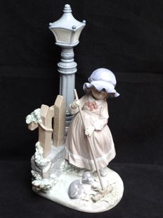 Lladró - porcelain sculpture - girl with broom under a lamp post