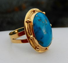Heavy ring with genuine turquoise in yellow 18 kt gold.