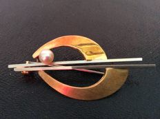 Vintage 14 kt bicolour gold brooch with white gold and a cultured pearl.