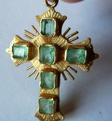 Cross in 18 kt gold, hallmarked and set with 5 emeralds from Muzo Colombia.