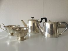 Two English teapots and a sugar and milk jug - ca. 1900 - silver plate
