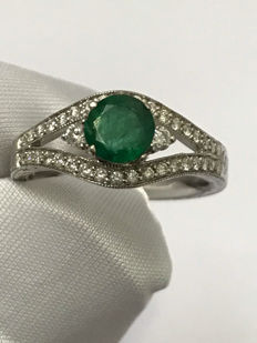 Lovely 18 kt gold ring with emerald and diamonds for a total of 1.22 ct, Top Wesselton – Dimensions 53 / 16.85 mm.