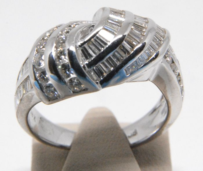 18 kt white gold diamond ring, 2.50 ct, with baguette and round cut diamonds - Ring size BE 52 / NL 16.50 mm / 18 kt white gold