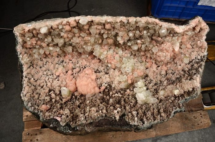 Giant Stilbite and Apophyllite geode - 102 x 59 x 42 cm 186 kilos