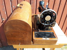 Singer 66K sewing machine with original wooden hood and key, 1927