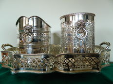 Lot consisting of: engraved silver plated tray and 2x wine coolers