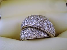 750 gold ring with diamonds totalling 4.80 ct.