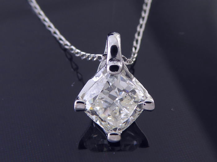 18 kt white-gold solitaire pendant with one cushion-cut diamond of 0.85 ct - size: 5.15 x 5.26 mm