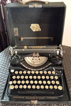 Old portable typewriter, Underwood Standard Portable, USA, 1933 - collectible, in its office suitcase