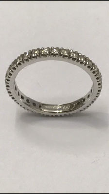 American wedding ring in 18 kt white gold with 31 Top Wesselton diamonds of 0.65 ct in total - size 53