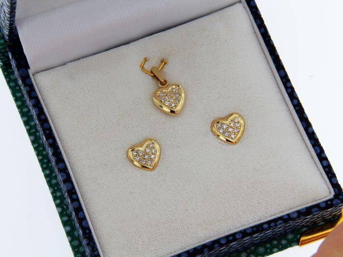 Earrings and pendant made of 18 kt gold set with diamonds of 0.15 ct.