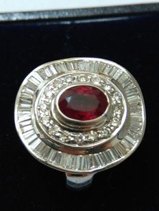 18 kt gold ring, with 0.90 ct ruby and natural diamonds totalling 4.98 ct (Clarity: Top Wesselton IF), for a total of approx. 6 ct. NO RESERVE.