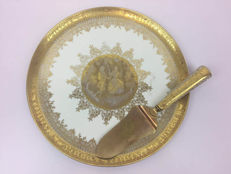 Manufacture the Porcelaines D W-cake-platter with 24 carat gold leaf and gold-plated cake slice with porcelain handle