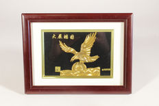 Eagle made of gold leaf in a frame and with corresponding coffer - China - 2nd half 20th century