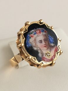 Vintage 18 kt gold ring with diamond and enamel representing a dame's face.