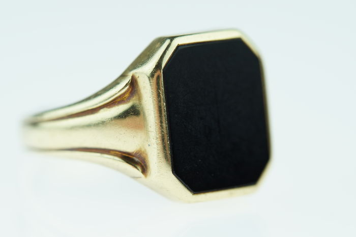 Gold 14 karat, signet ring set with onyx, vintage item of jewellery, ring size 20+.