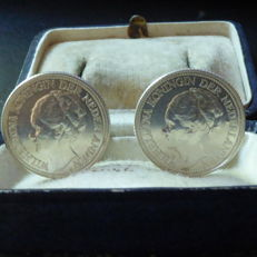 Cufflinks made of Dutch silver coins from 1941 and 1938.