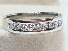 18 kt white gold ring with diamonds of 0.72 ct in total