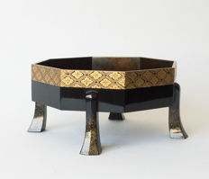 An octagonal maki-e and nashiji gold varnished salver on legs.  Comes in accompanying storage case – Japan – ca. 1920 (Taisho period)