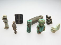 Lot of Egyptian amulets/beads, including a Crown amulet & Ptaikos (8) - 35 - 14 mm