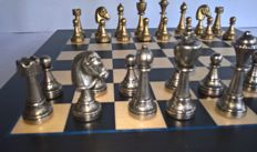 Chess set:  Beautifully detailed heavy metal Staunton model chess pieces on felt including chessboard and original packaging - Italy - Vintage 20th century