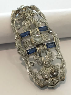 """Art Deco """"soap bar"""" brooch – 18 kt white gold – diamonds and sapphires"""