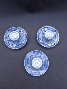 """Three large cups and saucers with """"Lange Lijs"""" (tall female figures) – China – 19th century"""