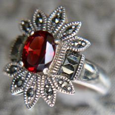 Sterling silver ring with a solitair facetted bright Bohemian Garnet 7,7x6mm (VS1 quality) enchanted with beautiful marcasites.