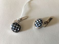 Cufflinks in 18 kt white gold with checked pattern in mother-of-pearl and onyx.
