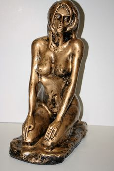Sculpture; Kneeling naked woman - 21st century