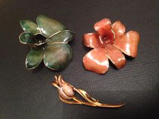 Lot of 3 beautiful vintage enamelled brooches.