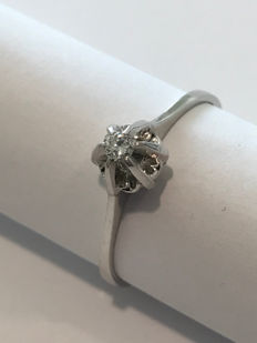 18 kt white gold ring with 0.03 ct diamond Size 15 and 1/2