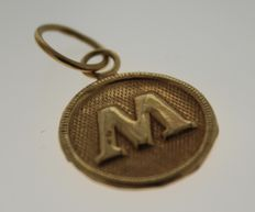 14 kt gold pendant with the letter M – Length: 1.9 x 1.5 cm