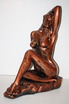 Statue; Naked young woman in pin-up pose - 21st century