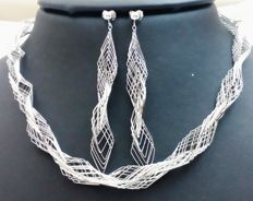 Set of choker and earrings in 18 kt (750) white gold. Weight: 18.28 g