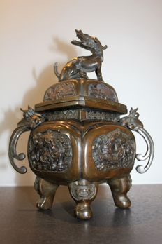 Large bronze censer - China - First half of 20th century.